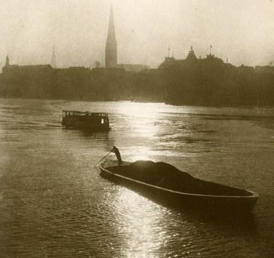 Photo of a Thames lighterman at work
