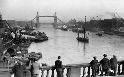 Photo of the thames in olden days